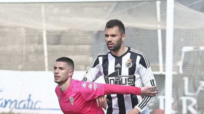 Özcan, que debutó, fija la marca con un adversario, ayer en el Municipal.