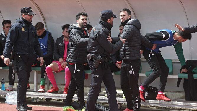 Policías tratan de identificar a un jugador visitante que se excedió en la celebración.