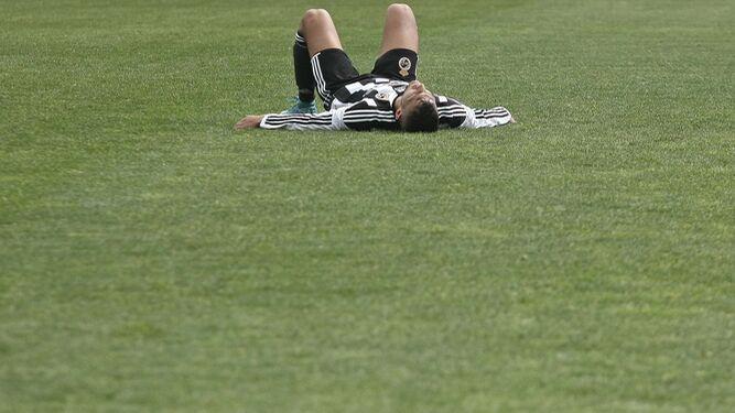 Stoichkov, tendido en el suelo al caer lesionado.