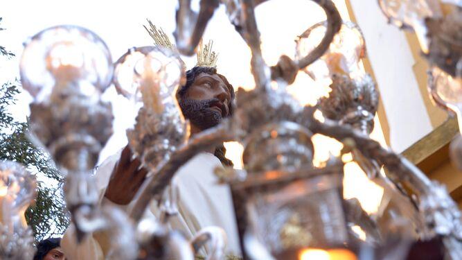 El rostro de Nuestro Padre Jesús en la Oración del Huerto, captado entre la candelería.