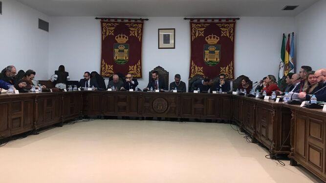 Parte del equipo de gobierno de La Línea y del grupo socialista, ayer durante la celebración del Pleno extraordinario para aprobar la RPT.
