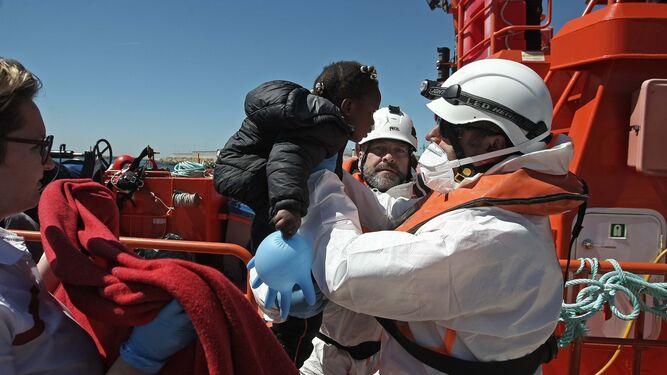 Una niña rescatada ayer en una patera en el Estrecho.