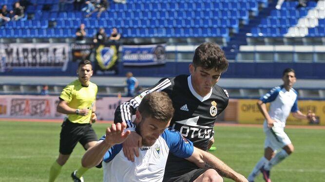 Carrión, que cuajó su mejor partido con la Balona, defiende al algecireño Francis Ferrón.