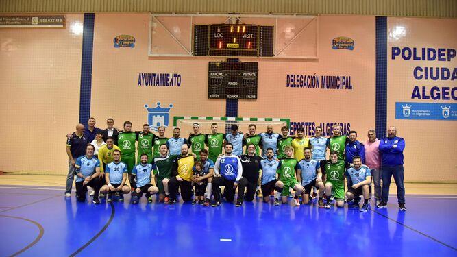 El Colomer Algeciras y la selección de Irlanda posan juntos, ayer en el pabellón algecireño.