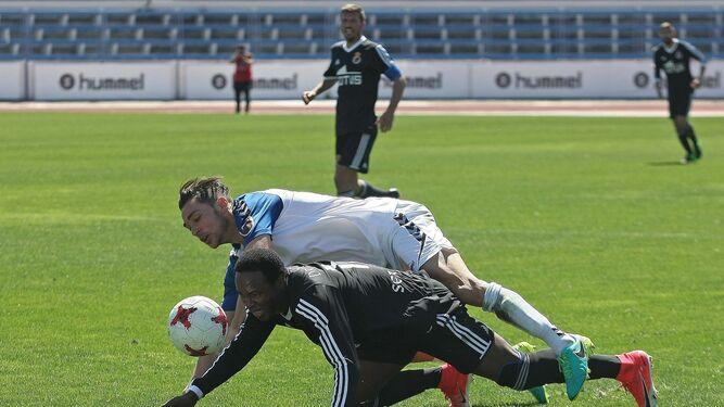 Wilson Cuero, que reapareció tras su lesión, es derribado por un adversario.