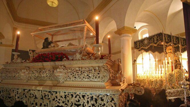 Los pasos del Santo Entierro, moviéndose en el interior de la iglesia, durante la celebración del Sermón de las Siete Palabras.