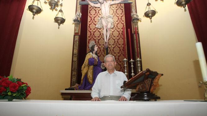 El padre Llanes, en el altar de su querida parroquia del Corpus Christi.