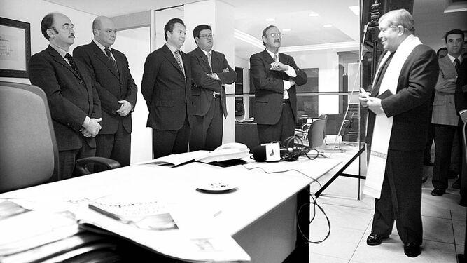 El padre Sebastián Llanes, al bendecir las nuevas instalaciones del periódico 'Europa Sur' en 2001.