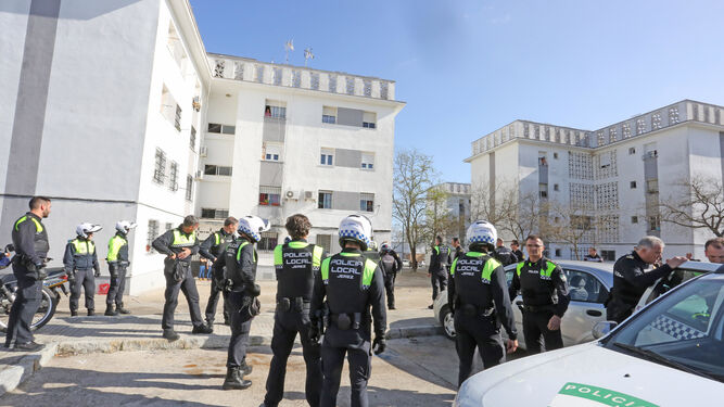 Numerosos efectivos de la Policía Local y la Nacional, ayer junto a los bloques de la zona de las 'casitas bajas' en las que se registraron los hechos.
