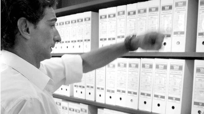 Un archivero muestra las cajas con expedientes almacenados en las instalaciones.