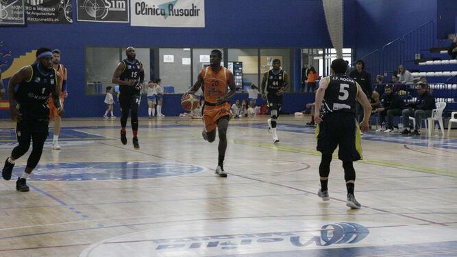 Haywood, del Enrique Soler, cruza la cancha perseguido por varios jugadores de Icom Udea.