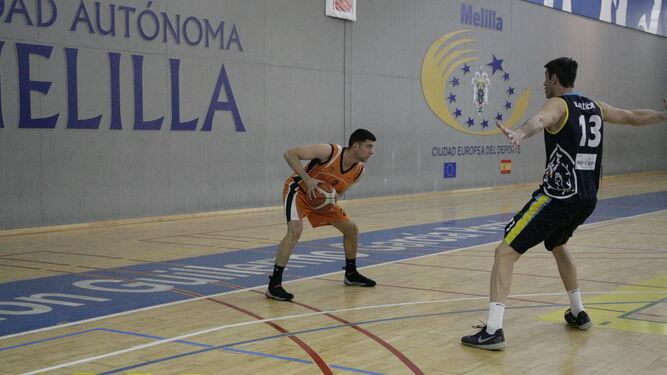 José María Balmón defiende a Miguel Ramírez, ayer en Melilla.