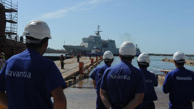 Varios empleados de la factoría de Navantia en La Isla, durante la botadura de un barco, en una imagen de archivo.