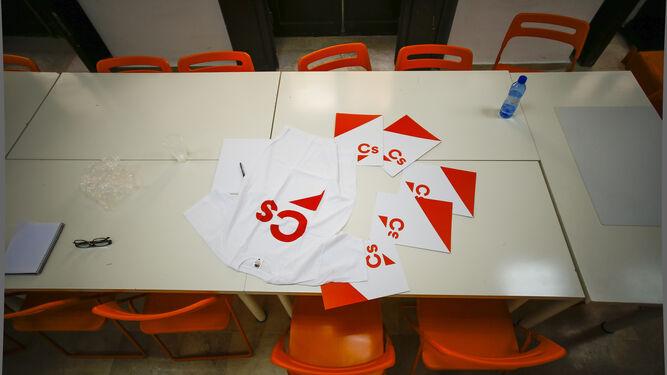 Una de las mesas de trabajo en la sede de Ciudadanos Cádiz, en la calle San Francisco.