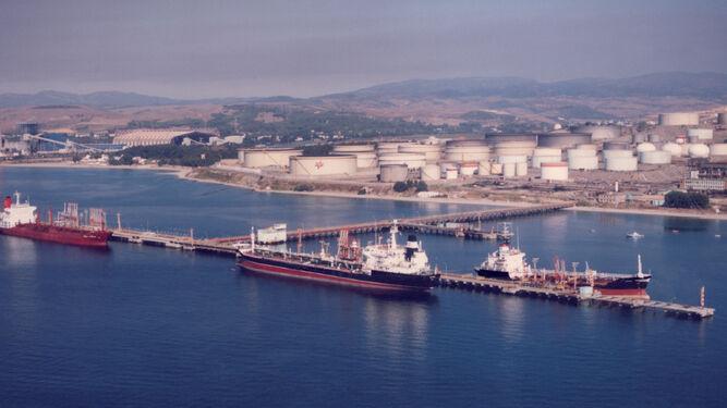 Descarga de crudo en la Refinería de petróleos Gibraltar de Cepsa, en 1990.