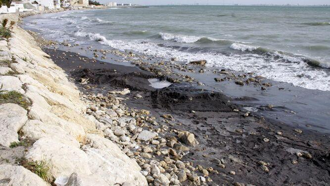 Una imagen de la playa de Fuentebravía, en El Puerto, donde los temporales se han vuelto a llevar la arena.