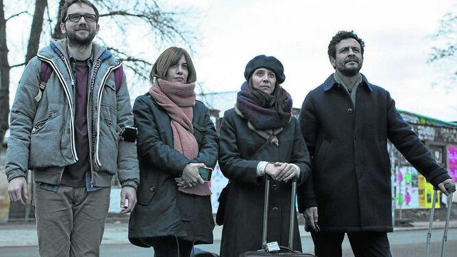 Bruno Sevilla, Alexandra Jiménez, Isak Férriz y María Ribera, en una escena de 'Las distancias', de Elena Frapé.