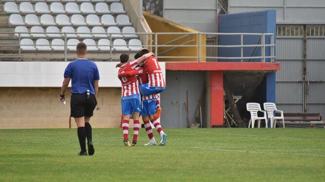 El algecirista Moussa y un jugador del San Roque de Lepe pugnan por el balón.