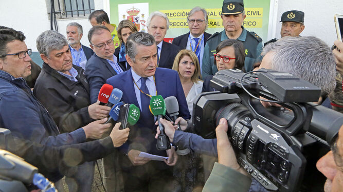 Antonio Sanz atiende ayer de mañana a los medios ante el Puesto de Mando Avanzado. A la derecha, junto a él, Mamen Sánchez y Rosa Aguilar.
