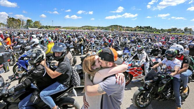 Una pareja se besa ayer en el aparcamiento del circuito a la conclusión de los entrenamientos cronometrados.