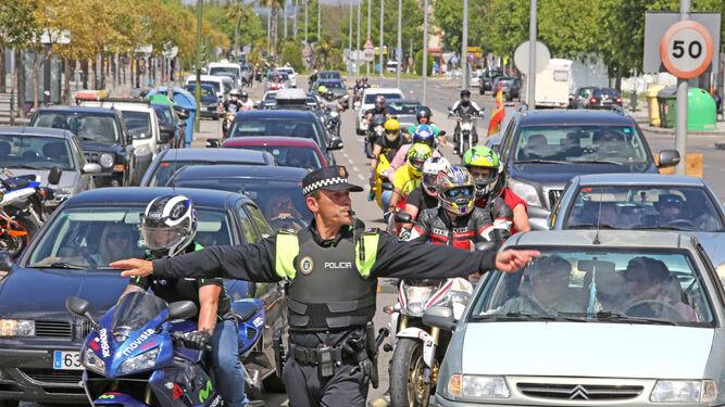Un policía local dirige el tráfico ayer por la tarde en la avenida de Arcos.