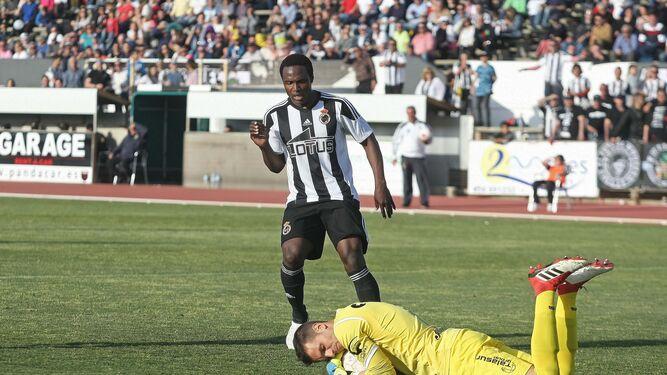 Sergio Rodríguez, que volvió al lateral derecho, forcejea con un adversario.