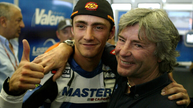 Ángel Nieto celebra con su hijo Pablo la 'pole' que consiguió en Jerez en el año 2003.