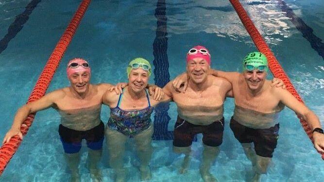 Corominas y sus compañeros de travesía, en la piscina de calentamiento.