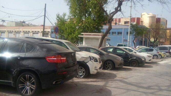 Vehículos en el entorno de la comisaría de La Línea.