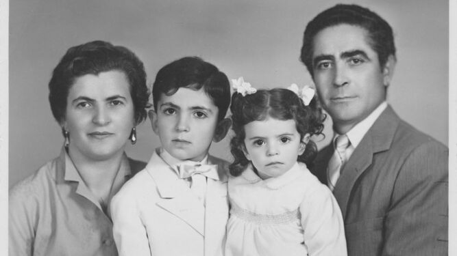 Antonio, su esposa, Virginia, y sus dos hijos, Giacomo (de primera comunión) y Rosanna, en 1955.