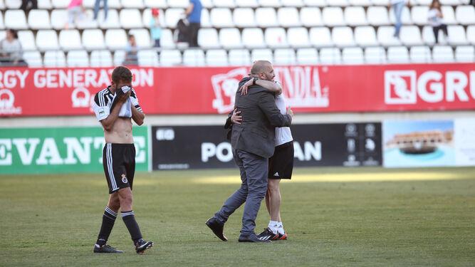 Pandalone se abraza con uno de sus auxiliares, mientras Ismael Chico se seca las lágrimas con la camiseta, al final del encuentro ayer en Murcia.