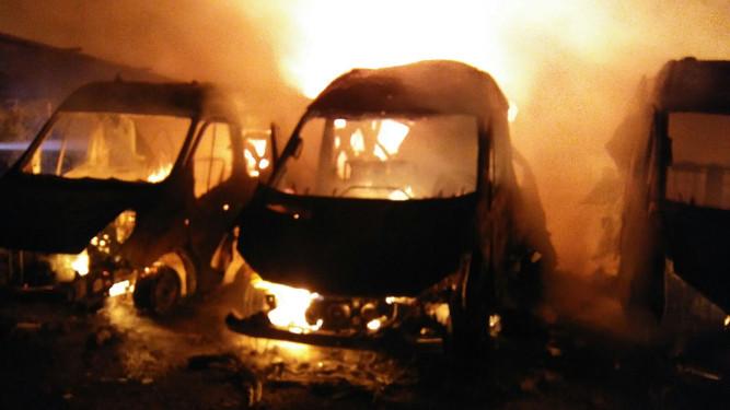 Las ambulancias, ardiendo.