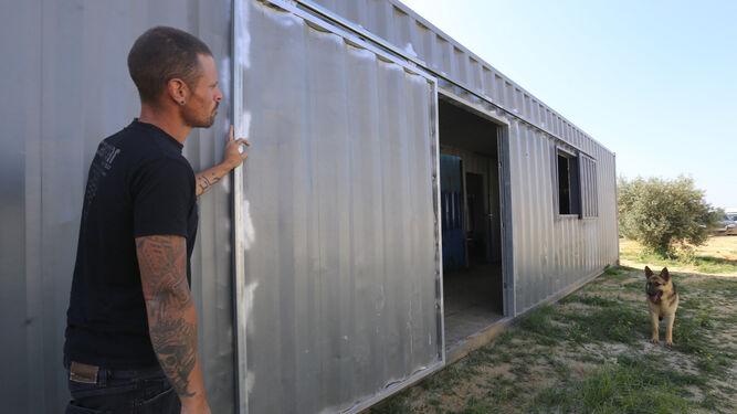 El propietario de Cargar Outdoor, Juan Carrera, muestra el exterior de un contenedor.