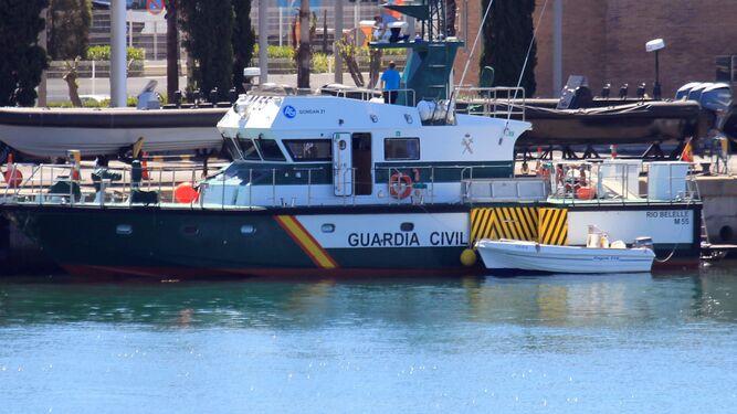La barca en la que navegaban Manuel y su padre, amarrada ayer a puerto. A babor se aprecia el lugar del impacto, cerca de la proa.