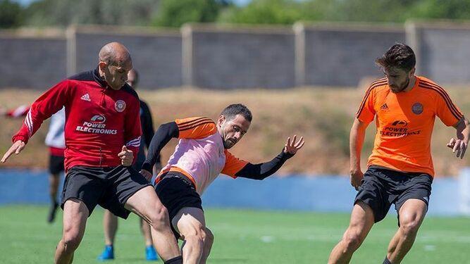 Los jugadores del Ibiza disputan un balón, ayer en el entrenamiento matinal en Can Misses.
