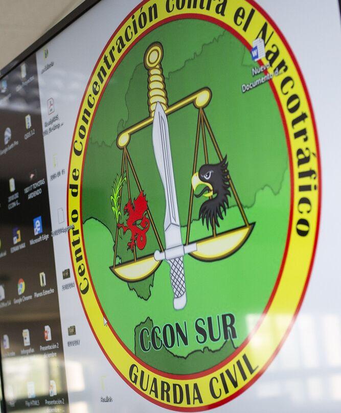 Logotipo del CCOM: una balanza, un águila, un grifo y una espada.