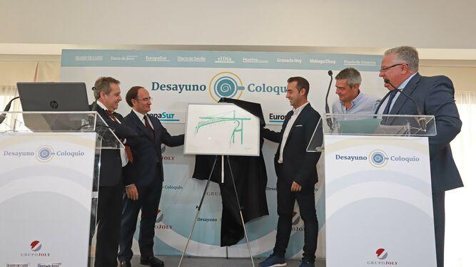 Gerardo Landaluce y Víctor Jerez muestran el nuevo logotipo de la sociedad de estiba de Algeciras.
