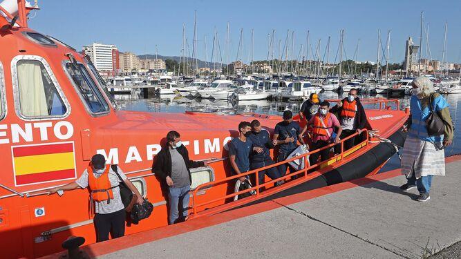 Salvamento Marítimo rescata a 16 personas de tres pateras en el Estrecho