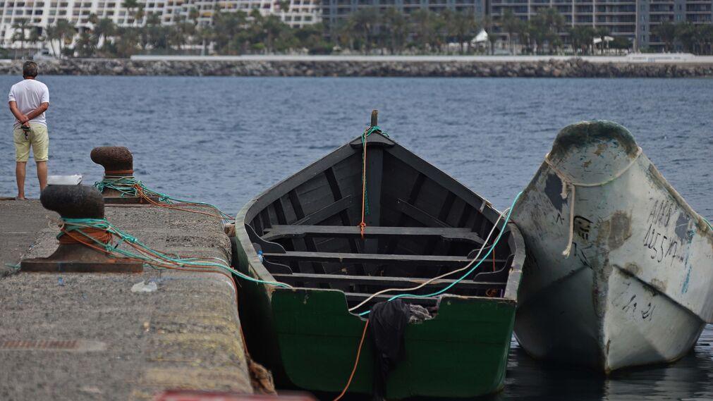 Un total de 13.483 migrantes han llegado a España de forma irregular en el primer semestre del año 2021. Así, en lo que va de año el 93,6% (12.622) de los migrantes arribados lo hicieron por mar y más la mitad de ellos, 6.952, lo hicieron a través de la ruta canaria. En la imagen, uno de los muchos cayucos naufragados en el muelle de Arguineguín. Pateras y cayucos atracados en el puerto de Arguineguín.