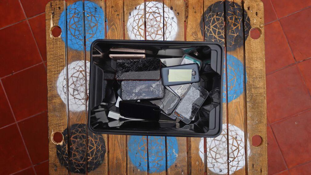 Para los africanos, los teléfonos móviles han dejado de ser un lujo para convertirse en una necesidad de primer orden, mucho más cuando se embarcan en un proceso migratorio de varios años. Dispositivos móviles, usados por menores migrantes durante su travesía, almacenados en uno de los centros de acogida en Telde.