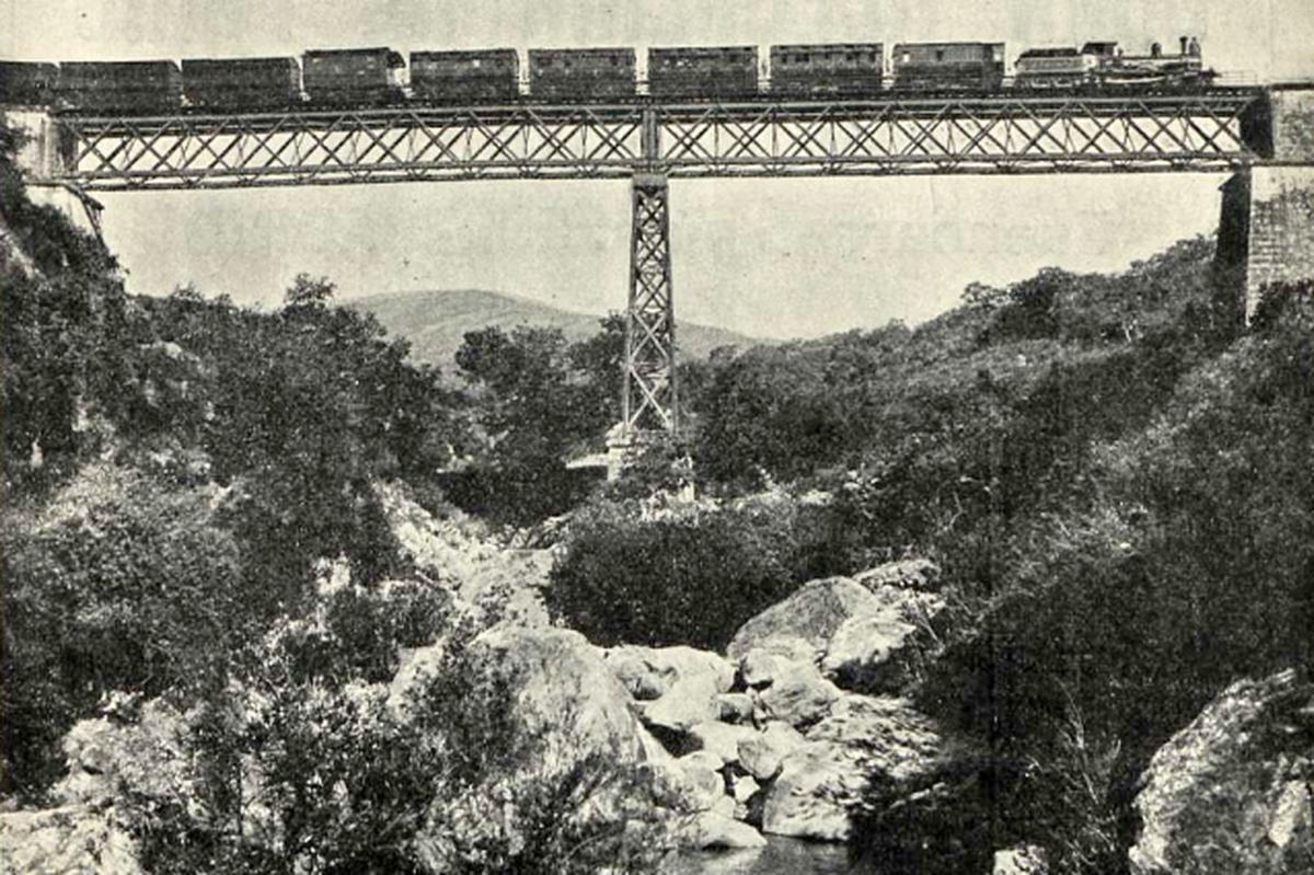 Un tren correo sobre el puente del Malillo, entre las estaciones de Gaucín y San Pablo.